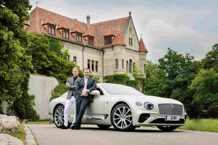 Chris Cooke (Head of Product Design Bentley Motors) und Charles Graf von Faber-Castell (Head of Premium Graf von Faber-Castell) vor dem Graf von Faber-Castell'schen Schloss in Stein